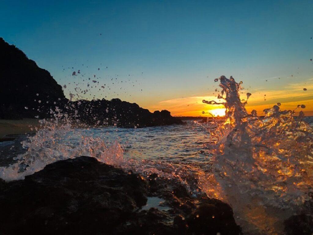 Biển Diễn Thànhvới những gợn sóng nhẹ nhàng cuốn theo những cồn cát vàng óng ả vô cùng bình dị